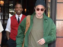 帕丁森反戴棒球帽 绿衣抢镜背双肩包显青春