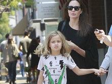 朱莉裹黑袍翘臀隐现 素颜带女儿外出女神范依旧