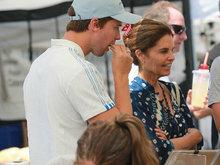 施瓦辛格前妻额头皱纹明显 获儿子陪同买菜接地气