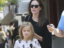 朱莉裹黑袍似没穿内衣 素颜带女儿外出买糖果