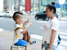 何洁深夜独自带孩子回京 互动有爱任人拍