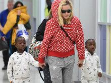 麦当娜红色帽衫配睡裤 一手牵一个黑人养子