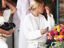 比伯旧爱索菲亚与妈妈庆生 高叉白裙秀美腿娇媚动人