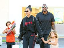 考特妮送孩子上学少女感十足 运动休闲风潮爆街头