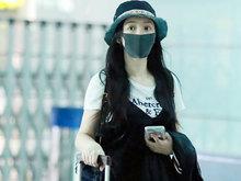 柳岩口罩遮素颜双眼无神 简单黑白配自推行李显低调