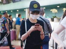 毛晓彤黑LOOK打招呼少女范儿足 自拎行李全程低头玩手机