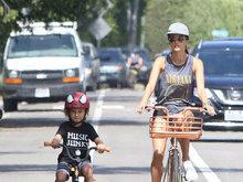 安布罗休周末与儿子骑单车享亲子时光 儿子萌化人心