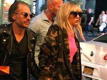 Gaga踩驴蹄恨天高似没穿内衣 和男友十指紧扣虐狗