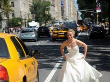 落跑新娘?克里斯汀贝尔穿婚纱提裙狂奔当街拦车
