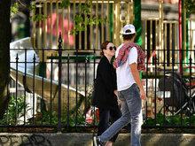 朱丽安摩尔与小9岁丈夫甜蜜压马路  穿情侣衬衫深情对视