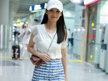 李沁清凉装扮少女感十足 肤白貌美纤细美腿抢镜