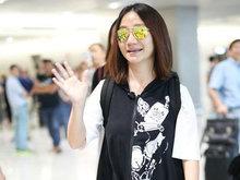 陶晶莹素颜现身机场戴潮镜 对镜头不断露甜笑