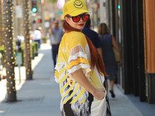 菲比·普莱斯出街示范遛狗Style 穿印花裙狂秀大白腿