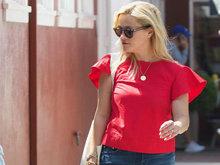 瑞茜枚红色T恤配牛仔裙扮靓   对镜撩发扶眼镜凹造型心情大好