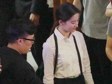 刘亦菲穿白色衬衫干练有型 粉丝拿手机狂拍照