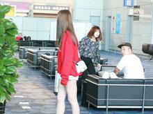 沈梦辰和杜海涛机场同框 秀美腿获对方深情凝视