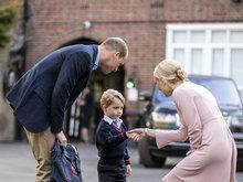 乔治小王子上学第一天只有爸爸陪 害羞与校长握手