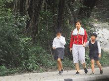 42岁麦家琪带娃素颜现身 穿运动装健身动作敏捷