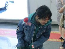 """杨紫机场笑到直不起 大方送签名秒变""""正经姑娘"""""""
