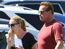 施瓦辛格与女友约会吃冰淇淋 撩衣露凸肚