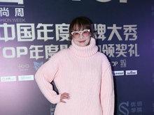 周海媚助阵好友新书发布会 穿粉毛衣十分减龄似少女