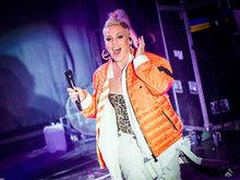 P!NK蹲地演唱展豪放舞台表现力 与歌迷热情互动展现亲和力