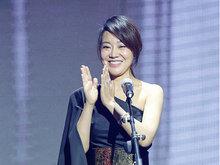 46岁闫妮露香肩出席活动 上台颁奖时腋下略显尴尬