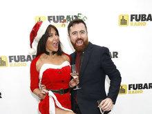 丽兹·坎迪圣诞装与众男星玩暧昧 斑马长袜秀美腿