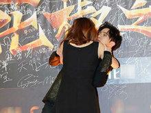 薛之谦参加某活动 红毯环节被女主播突袭强吻场面尴尬