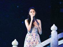 关晓彤中国风长裙显清新 颇有婉约淡雅的东方之美