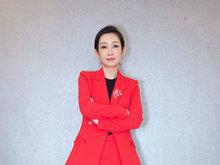 秦海璐出席活动红色西服干练帅气 露甜美微笑优雅迷人