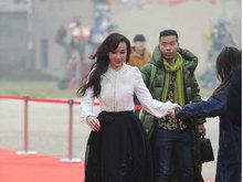 萧蔷现身某发布会白衣黑裙保养得宜 获众人搀扶整理衣装
