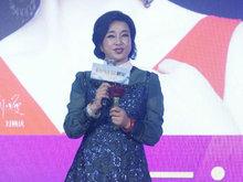 62岁刘晓庆出席品牌活动不P图长这样 皱纹明显笑容有点僵