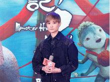 李宇春穿短裙为电影《捉妖记2》做宣传 与粉丝近距离接触互动