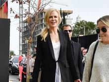 妮可基德曼白裙黑外套尽显优雅迷人魅力 影后查斯坦大秀美腿
