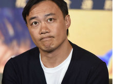 陈奕迅宣传新片《卧底巨星》 挠头抿嘴动作超丰富