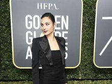 盖尔·加朵黑色正装亮相金球红毯 包臀长裙优雅性感尽显好身材