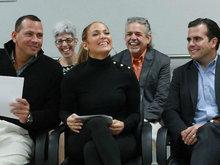 詹妮弗·洛佩兹做慈善宣布捐款200万美元 获男友相随牵手撒狗粮