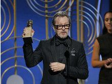 奥德曼凭《至暗时刻》获得剧情片最佳男主角 高举奖杯绅士气质十足