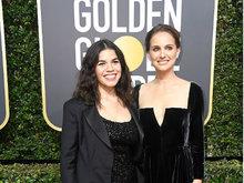 娜塔莉·波特曼黑色绸缎装亮相金球红毯 心情大好满面笑容优雅十足