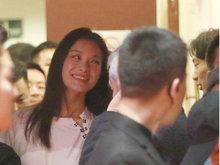 倪妮现身某会场时而捧腹大笑 表情变化大脸都笑方了
