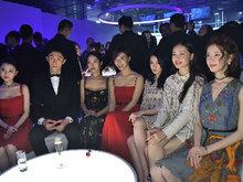 王珞丹穿红色吊带连衣裙现身 坐在众90后女星身边依旧气质出挑