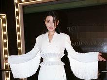 张馨予白色流苏裙现身活动仙气十足 帅气中透露小性感