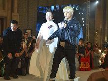 陈志朋一头金发亮相惊艳全场 牵手中年女老板同台演唱