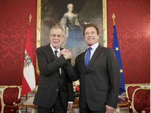 施瓦辛格与奥地利总统会面 热情握手侃侃而谈似好兄弟