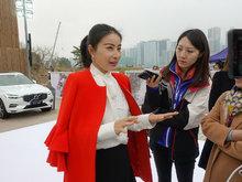 郭晶晶穿红外套贵妇风度十足 搭配白衣黑裤很有女企业家既视感
