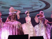 不老女神周慧敏性感宫廷装亮相 与众歌迷一起见证她入行30年
