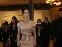 范冰冰自提粉色拖地长裙美到发光 众人围拍高呼女神