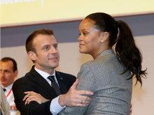 蕾哈娜穿一身灰色宽松西装攻气十足 获法国总统拥抱不敢直视