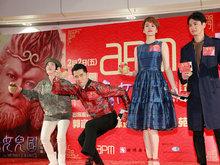 郭富城出席电影宣传活动 一身唐装现场给大家拜早年